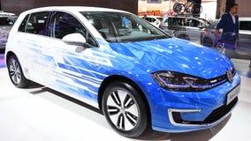 Πλήρες ηλεκτρικό αυτοκίνητο hatchback ε-γκολφ του Volkswagen απόθεμα βίντεο