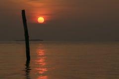 Πλήρες ηλιοβασίλεμα στη θάλασσα στοκ εικόνα με δικαίωμα ελεύθερης χρήσης