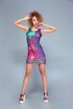 Πλήρες μήκος της όμορφης θηλυκής τοποθέτησης στο θερινό φόρεμα Στοκ φωτογραφία με δικαίωμα ελεύθερης χρήσης