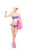 Πλήρες πορτρέτο μήκους μιας ελκυστικής ξανθής γυναίκας στο givi μπικινιών στοκ φωτογραφία με δικαίωμα ελεύθερης χρήσης