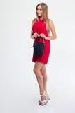 Πλήρες πορτρέτο μήκους μιας καλής γυναίκας στο κόκκινο φόρεμα Στοκ φωτογραφία με δικαίωμα ελεύθερης χρήσης