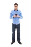 Πλήρες πορτρέτο μήκους του όμορφου αραβικού ατόμου στο μπλε πουκάμισο Στοκ Εικόνες