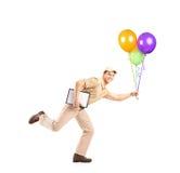 Πλήρες πορτρέτο μήκους mailman που παραδίδει τα μπαλόνια Στοκ Εικόνα