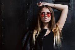 Πλήρες πορτρέτο προσώπου του προτύπου μόδας στα γυαλιά ηλίου με τη χαλαρή μακροχρόνια δίκαιη τοποθέτηση τρίχας μαύρο να περιβάλει στοκ φωτογραφίες