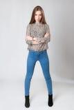 Πλήρες πορτρέτο του όμορφου μοντέρνου κοριτσιού στο γκρίζο υπόβαθρο Στοκ Εικόνα