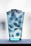 Πλήρες ποτήρι του νερού με τον πάγο στον ξύλινο μετρητή κουζινών briers Στοκ Εικόνες
