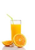 Πλήρες ποτήρι του χυμού από πορτοκάλι με το άχυρο κοντά στο μισό πορτοκάλι με το διάστημα για το κείμενο Στοκ εικόνες με δικαίωμα ελεύθερης χρήσης