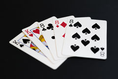 Πλήρες σπίτι στο παιχνίδι καρτών πόκερ σε ένα μαύρο υπόβαθρο Στοκ φωτογραφία με δικαίωμα ελεύθερης χρήσης