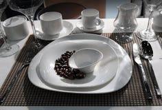 Πλήρες σύνολο άσπρων πιάτων Στοκ φωτογραφία με δικαίωμα ελεύθερης χρήσης