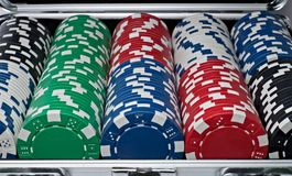 Πλήρες σύνολο τσιπ τυχερού παιχνιδιού στην ασημένια βαλίτσα Ελεύθερη απεικόνιση δικαιώματος