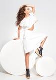 Πλήρες σώμα της όμορφης πρότυπης τοποθέτησης γυναικών στο άσπρο φόρεμα στο στούντιο Στοκ Φωτογραφίες