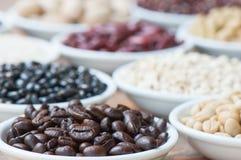 πλήρες τοποθετημένο ανοξείδωτο κουταλιών πιατακιών φλυτζανιών καφέ φασολιών Στοκ εικόνα με δικαίωμα ελεύθερης χρήσης