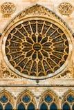 Πλήρης - η άποψη του κύριου ροδαλού παραθύρου και το νυστέρι σχηματίζουν αψίδα τις μορφές στο goth Στοκ Φωτογραφίες