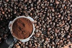 Πλήρης διανομέας καφέ στα φασόλια καφέ Στοκ Φωτογραφίες