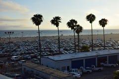 Πλήρης και συσκευασμένος υπαίθριος σταθμός αυτοκινήτων στην παραλία της Σάντα Μόνικα στοκ εικόνες