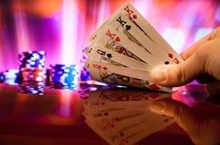 Πλήρης συνδυασμός καρτών πόκερ σπιτιών στη θολωμένη τύχη τύχης παιχνιδιών χαρτοπαικτικών λεσχών υποβάθρου στοκ φωτογραφίες με δικαίωμα ελεύθερης χρήσης