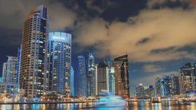 Πλήρης φωτισμός timelapse με τις βάρκες στη μαρίνα του Ντουμπάι απόθεμα βίντεο