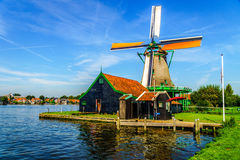 Πλήρως - λειτουργικός ιστορικός ολλανδικός ανεμόμυλος σε Zaanse Schans στοκ εικόνες με δικαίωμα ελεύθερης χρήσης