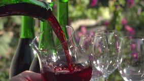 Πλήρωση ενός ποτηριού του κρασιού απόθεμα βίντεο