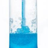 Πλήρωση ενός πλαστικού σωλήνα με το μπλε πήκτωμα Στοκ Φωτογραφίες
