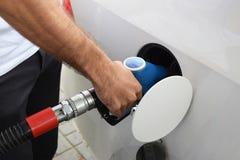 Πλήρωση με τη βενζίνη αυτοκινήτων στοκ εικόνα με δικαίωμα ελεύθερης χρήσης