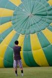Πλήρωση του μπαλονιού ζεστού αέρα Στοκ εικόνα με δικαίωμα ελεύθερης χρήσης