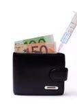 Πλήρωση του πορτοφολιού με τα χρήματα Στοκ εικόνα με δικαίωμα ελεύθερης χρήσης