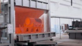 Πλίνθωμα χάλυβα στο χώρο εργασίας, μεγάλη red-hot λεπτομέρεια μετάλλων από το φούρνο μετάλλων απόθεμα βίντεο