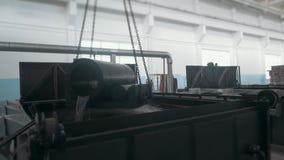 Πλίνθωμα χάλυβα στο χώρο εργασίας, μεγάλο κόκκινο - καυτό δροσίζοντας νερό λεπτομέρειας από το γερανό φιλμ μικρού μήκους