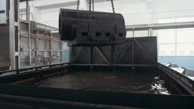 Πλίνθωμα χάλυβα στο χώρο εργασίας, μεγάλο κόκκινο - καυτό δροσίζοντας νερό λεπτομέρειας από το γερανό απόθεμα βίντεο