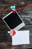Πλαίσια και καρδιά μιας φωτογραφίας polaroid για την ημέρα του βαλεντίνου Στοκ εικόνα με δικαίωμα ελεύθερης χρήσης