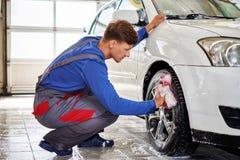Πλαίσια κραμάτων αυτοκινήτων ` s πλύσης εργαζομένων ατόμων σε ένα πλύσιμο αυτοκινήτων Στοκ Εικόνες