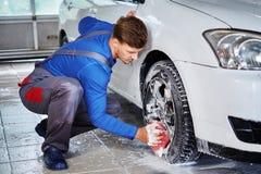Πλαίσια κραμάτων αυτοκινήτων ` s πλύσης εργαζομένων ατόμων σε ένα πλύσιμο αυτοκινήτων Στοκ φωτογραφίες με δικαίωμα ελεύθερης χρήσης