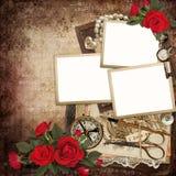 Πλαίσια με την αναδρομική διακόσμηση και κόκκινα τριαντάφυλλα στο εκλεκτής ποιότητας υπόβαθρο Στοκ Εικόνες