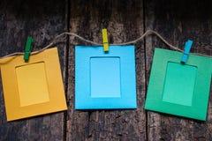 Πλαίσια φωτογραφιών σε ένα σχοινί σε έναν ξύλινο στοκ εικόνα με δικαίωμα ελεύθερης χρήσης