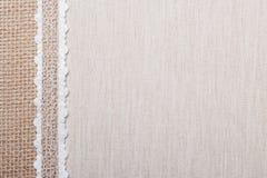 Πλαίσιο δαντελλών στο υπόβαθρο υφασμάτων λινού Στοκ Φωτογραφίες