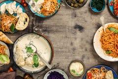 Πλαίσιο από τα διαφορετικά τρόφιμα, το στήθος κοτόπουλου, τα ιταλικά ζυμαρικά και app Στοκ εικόνα με δικαίωμα ελεύθερης χρήσης