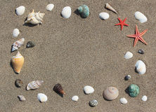 Πλαίσιο από τα κοχύλια στην άμμο Στοκ Εικόνα