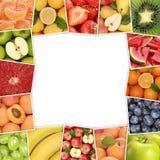 Πλαίσιο από τα φρούτα όπως το μήλο, φράουλα, πορτοκάλι, λεμόνι με τη σπόλα Στοκ Εικόνες