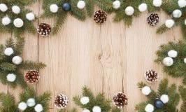 Πλαίσιο από τους κλαδίσκους δέντρων του FIR και τη διακόσμηση Χριστουγέννων Στοκ Εικόνα