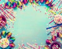 πλαίσιο γενεθλίων ευτ&upsilo Εργαλεία κόμματος με το κέικ, τα ποτά και το κομφετί στο τυρκουάζ shabby κομψό υπόβαθρο, τοπ άποψη,  στοκ εικόνα