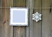 Πλαίσιο και snowflakes στο παλαιό ξύλινο υπόβαθρο Στοκ Εικόνες
