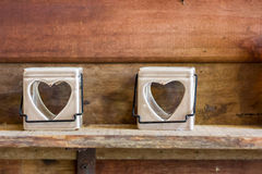 Πλαίσιο καρδιών κεραμικό στον ξύλινο τοίχο Στοκ Εικόνες