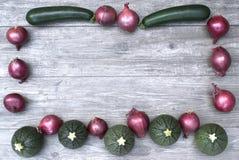 Πλαίσιο με τα λαχανικά σε ένα ξύλινο διάστημα υποβάθρου και αντιγράφων Στοκ εικόνα με δικαίωμα ελεύθερης χρήσης