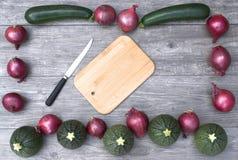 Πλαίσιο με τα λαχανικά σε ένα ξύλινο διάστημα υποβάθρου και αντιγράφων Στοκ Φωτογραφία