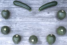 Πλαίσιο με τα λαχανικά σε ένα ξύλινο διάστημα υποβάθρου και αντιγράφων Στοκ Εικόνα