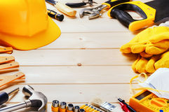 Πλαίσιο με τα διάφορα εργαλεία στο ξύλινο υπόβαθρο Στοκ Εικόνα