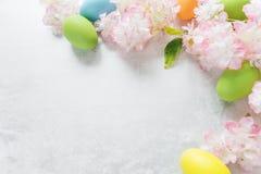 Πλαίσιο Πάσχας με τα λουλούδια και τα αυγά Πάσχας Στοκ Εικόνες