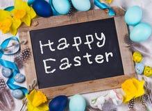 Πλαίσιο Πάσχας με τα χρωματισμένα αυγά και τα λουλούδια Στοκ φωτογραφία με δικαίωμα ελεύθερης χρήσης