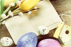 Πλαίσιο Πάσχας με την εκλεκτής ποιότητας ταχυδρομική κάρτα Στοκ Εικόνες